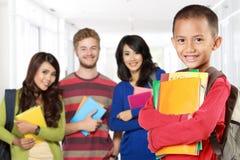 Estudante feliz com livros que sonha para ser estudante bem sucedido fotografia de stock royalty free