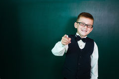 Estudante feliz com vidros imagens de stock royalty free