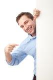 Estudante feliz que aponta a placa Fotografia de Stock