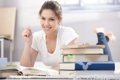 Estudante feliz que aprende em casa foto de stock royalty free