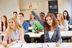 Pergunta de resposta do estudante feliz Imagem de Stock