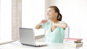 Estudante feliz que trabalha com portátil video estoque