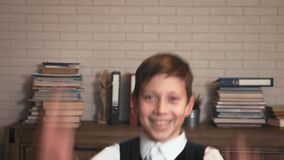 A estudante feliz salta mostrando sua alegria da educação filme