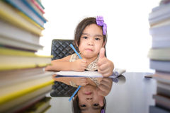 A estudante feliz trabalha em seus trabalhos de casa, escreve algo em seu bloco de notas imagem de stock royalty free