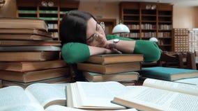 Estudante Fell Asleep na biblioteca video estoque