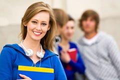 Estudante fêmea com amigos Imagens de Stock