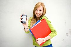Estudante fêmea com telefone móvel Fotos de Stock Royalty Free