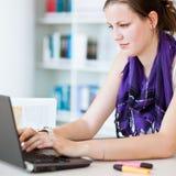 Estudante fêmea na biblioteca de universidade Fotografia de Stock Royalty Free