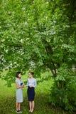 Estudante Girlfriends Chatting na ruptura imagens de stock royalty free
