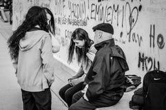 Estudante Girls Chatting With da High School um cavalheiro mais idoso foto de stock