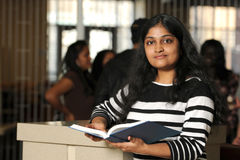 Estudante indiano novo Holding Book foto de stock