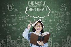 A estudante inteligente obtém a inspiração na classe imagem de stock