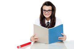 Estudante inteligente que prepara-se para o teste Fotos de Stock Royalty Free