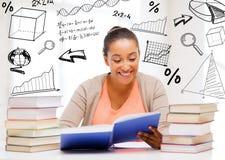 Estudante internacional que estuda na faculdade Fotos de Stock Royalty Free