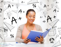 Estudante internacional que estuda na faculdade Imagem de Stock Royalty Free