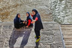 A estudante iraniana fotografa-se que usa um smartphone, Isfah Imagens de Stock Royalty Free