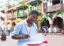 Estudante latin novo em originais de uma leitura da cidade do colonial Fotos de Stock Royalty Free
