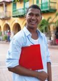 Estudante latino em uma cidade colonial que anda à universidade imagem de stock royalty free