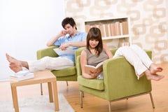 Estudante - livro de leitura de dois adolescentes na sala de estar Fotografia de Stock