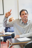 Estudante maduro considerável de sorriso que levanta sua mão Imagem de Stock Royalty Free