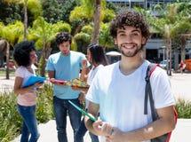Estudante masculino caucasiano de riso com grupo de estudantes fotos de stock royalty free