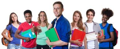 Estudante masculino caucasiano esperto com grupo de estudantes internacionais foto de stock royalty free
