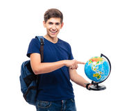 Estudante masculino de sorriso que aponta o dedo no globo imagem de stock royalty free