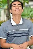 Estudante masculino filipino Wondering With Notebooks imagens de stock