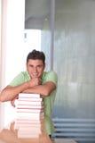 Estudante masculino na biblioteca Fotos de Stock