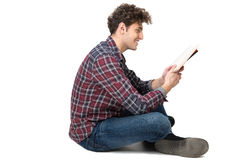 Estudante masculino novo que senta-se no assoalho Imagens de Stock