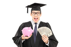 Estudante masculino que guardam o dinheiro e um piggybank isolado no CCB branco Foto de Stock Royalty Free
