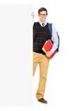 Estudante masculino que levanta atrás de um painel Imagens de Stock