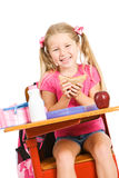 Estudante: Menina de riso que tem o almoço na mesa da escola foto de stock royalty free
