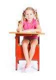 Estudante: Menina de sorriso pronta para trabalhar na atribuição de escola foto de stock