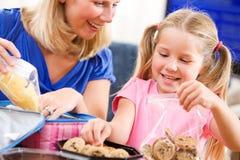 Estudante: A menina e a mãe puseram toques finais no almoço escolar fotos de stock royalty free