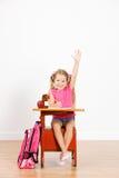 Estudante: A menina feliz que faz trabalhos de casa tem a pergunta imagem de stock royalty free