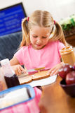 Estudante: Menina que faz seu próprio almoço escolar imagens de stock