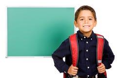 Estudante: Menino que está na frente do quadro vazio Fotos de Stock Royalty Free