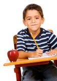 Estudante: Menino que faz trabalhos de casa na mesa Fotos de Stock