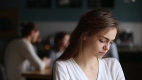 Estudante milenar ofendida virada no café que sente só excluído filme