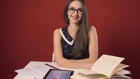 Estudante moreno atrativo feliz Girl Study Place video estoque