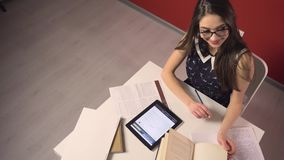 Estudante moreno pensativo atrativo Girl vídeos de arquivo