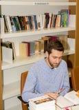 Estudante muçulmano na biblioteca foto de stock