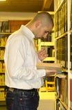 Estudante na biblioteca imagens de stock
