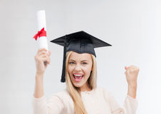 Estudante no tampão da graduação com certificado Foto de Stock
