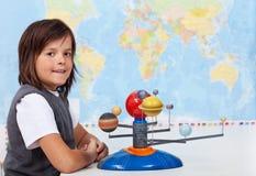 Estudante nova que aprende sobre o sistema solar Foto de Stock Royalty Free