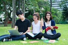 Estudante novo Asian Group Teenager com dobradores da escola fotografia de stock royalty free