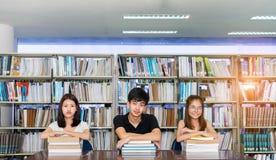 Estudante novo Asian Group Teenager com dobradores da escola imagem de stock