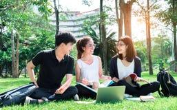 Estudante novo Asian Group Teenager com dobradores da escola fotografia de stock