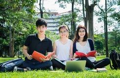 Estudante novo Asian Group Teenager com dobradores da escola imagem de stock royalty free